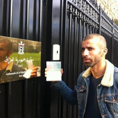 الصحفي نادر دنون وهو يحمل جوازه وتاشيرة دخوله كصحفي ، امام السفارة العراقية في باريس.