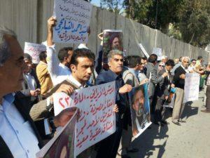 تظاهرة النشطاء العراقيين امام السفارة الايرانية في بغداد.