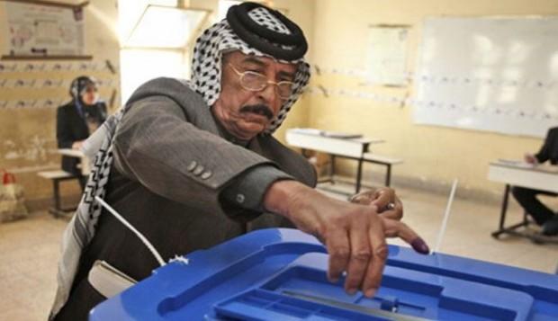 مواطن عراقي يدلي بصوته في الانتخابات العراقية التي جرت مطلع مايو الماضي