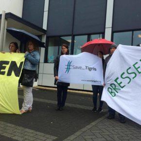 تظاهرات امام مقر شركة بريسر في هولندا للمطالبة بإنسحابها من نقل آثار مدينة حسن كيف