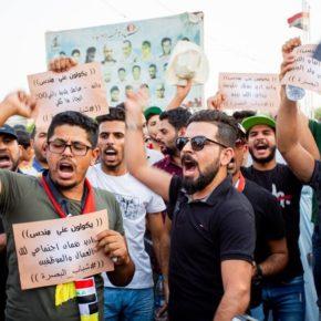 الاحتجاج في جنوب العراق يدخل مرحلة جديدة، اعتصام عند مواقع عمل الشركات النفطية ومدرعات تنزل الشوارع