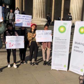 ناشطون عراقيون وبريطانيون يحتجون على رعاية شركة بريتيش بتروليوم (British Petroleum) للمعرض الآشوري