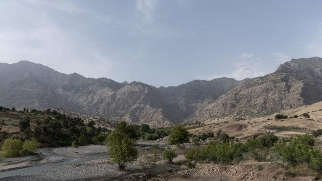 سكان قرية زاخو يفرون من الغارات الجوية التركية